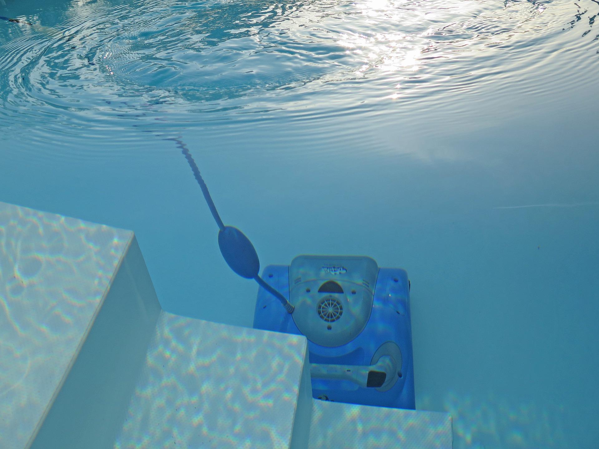 Bazénový vysavač je cenným pomocníkem při údržbě bazénu