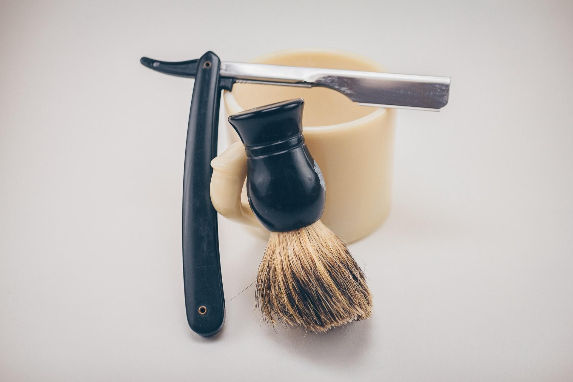 břitva a štětka na holení