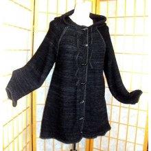Kabátek se špičatou kapucou černošedý