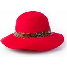 e57d3040472 Dámský vlněný klobouk s detailem peří sytě červený