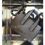 Přívěsek na klíče a kabelku MICHAEL KORS (SELMA PEARL GREY)
