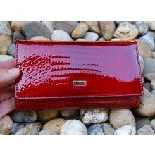 Dámska červená lakovaná kožená peňaženka zlaté logo luxusná 0c3f9209e8f
